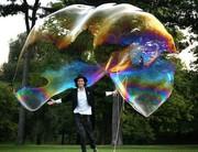Артист шоу мыльных пузырей